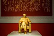 В Китае представили золотую статую Мао Цзэдуна